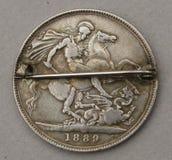 Antikviteten försilvrar krönar broschen med hästen och draken Arkivfoto