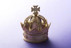 Kröna på purpurfärgad bakgrund Royaltyfri Foto