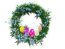 Krönen Sie mit bunten Eiern Ostern auf dem weißen Hintergrund Stockfotografie