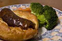 Kröte im Loch (britische Mahlzeit: Wurst im geschlagenen Eierteig) Stockfotos