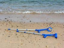 Krückeen auf Strand stockfoto