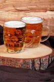 Krüge blondes Bier Lizenzfreie Stockfotografie