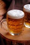 Krüge blondes Bier Lizenzfreie Stockbilder