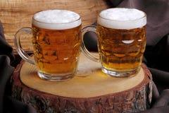 Krüge blondes Bier Stockfotografie