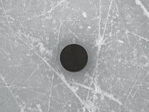 Krążek hokojowy na lodowego hokeja lodowiska powierzchni, hokejowy tło Fotografia Stock
