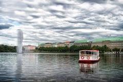 Krążownik łodzi pławik na wodzie rzecznej w Hamburg, Germany zdjęcie stock