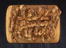 Kręceni serowi chlebowi kije z baleronem i sezamowymi ziarnami na drewnianej desce zdjęcie stock