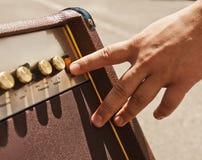 Kręcenie gitary amplifikator Obrazy Royalty Free