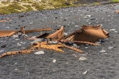 Kręcony Ośniedziały metal na Djupalonssandur plaży - Niektóre tło zdjęcie stock