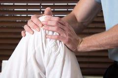 Kręgarza ćwiczenia kolano żeński pacjent Fotografia Royalty Free