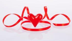 Kręcony czerwony faborek i ceramiczny serce Obraz Stock