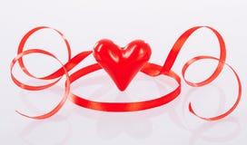 Kręcony czerwony faborek i ceramiczny serce Zdjęcie Royalty Free