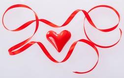 Kręcony czerwony faborek i ceramiczny serce Fotografia Royalty Free