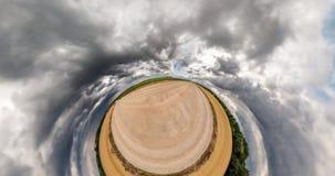 Kr?kning av utrymme av liten planetomformning Abstrakt vridning och rotering av det fulla flygparadpanoramalandskapet på grusväge stock video