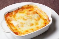 Kr?mig Fettuccine Pasta med skinka och parmesan fotografering för bildbyråer