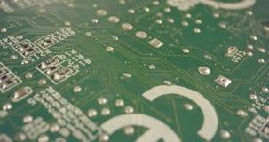 Krańcowy makro- dolly strzał PCB komputeru deska z capacitors i tranzystorami zdjęcie wideo