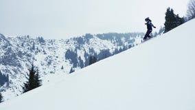 Krańcowa snowboarder kobiety jazda proszkiem przy halny backcountry Jazda na snowboardzie, zim aktywność zbiory wideo