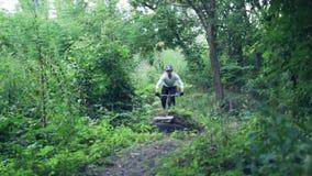 Krańcowy bicyclist jedzie na lasowej ścieżce, zwolnione tempo zbiory wideo