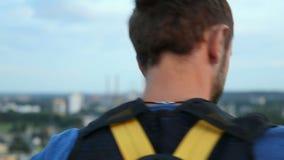 Krańcowy młodego człowieka narządzanie skakać puszek od ogromnych wzrostów, bungee doskakiwanie zdjęcie wideo