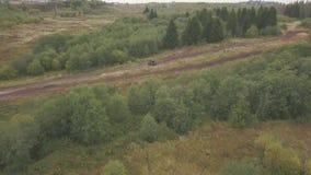 Krańcowy Motorsport SUVs jeżdżenie na wiejskiej drodze klamerka Odgórny widok biegowy ślad dla SUVs w lasowym SUV jedzie przy prę zbiory wideo