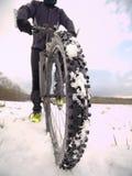 Krańcowy niskiego kąta zakończenia widok halny bicykl blokujący w śnieżnym lodowatym śladzie Krańcowy szeroki widok Obrazy Stock