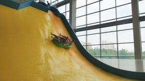 Krańcowy obruszenie w wodnym parku Przyjaciele ma zabawę i ono ślizga się w dół w kolorowym wodnym obruszeniu zdjęcie wideo