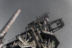 Krańcowy oddolny widok stalownia kompleks z smokestacks i pem zdjęcia stock