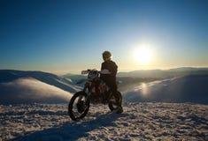 Krańcowy rowerzysta na sporta motocyklu na zimy śnieżnej górze na niebie zdjęcie stock