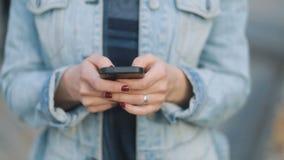 Krańcowy zbliżenie ręki młoda piękna dziewczyna zostaje dalej z rewolucjonistka manicure'em w błękitnym drelichu dworskim i surow zdjęcie wideo