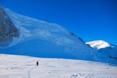 Krańcowy sport. Samotni wycieczkowicze w zim górach Zdjęcie Stock