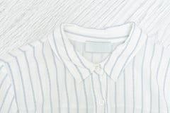Kraag van een wit overhemd met een strook details Modieuze conce stock afbeelding