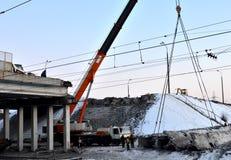 kraan, concrete plak het hangen van kraanhaak boven de bouwskelet bij bouwwerf, bouw van een auto royalty-vrije stock foto