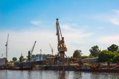 Kraan in de haven Royalty-vrije Stock Afbeeldingen