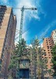 Kraan dichtbij de nieuwe high-rise bouw rond de oude duiventil Stock Foto