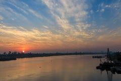 Kraan dichtbij rivier met zonsopgang Royalty-vrije Stock Afbeeldingen