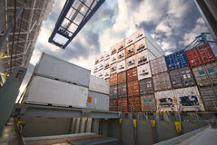 Kraan die container verminderen aan stapel containers Stock Foto's