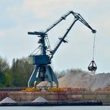 Kraan die industrieel vrachtschip laden Stock Foto's