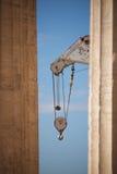 Kraan die tussen twee marmeren Parthenon-kolommen verschijnen Royalty-vrije Stock Afbeeldingen