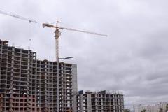 Kraan en bouwconstructie Nieuwe stadsplaats voor vele lange gebouwen in aanbouw Royalty-vrije Stock Afbeelding