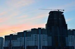 Kraan en bouwconstructieplaats tegen blauwe hemel met leeg wit aanplakbord voor reclame bij de bovenkant van toren stock foto's