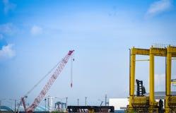 Kraan en container het schip in de uitvoer voert zaken en logistiek in de havenindustrie in royalty-vrije stock foto's