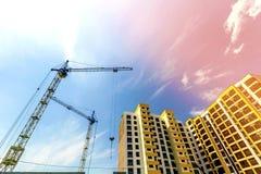 Kraan en de hoge stijging bouw in aanbouw tegen blauwe hemel Royalty-vrije Stock Foto's