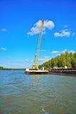 Kraan en riviervrachtschip stock foto's