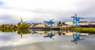 Kraan en scheepswerf bij de rivierleiding in Erlenbach Royalty-vrije Stock Foto's