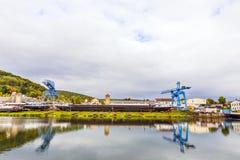 Kraan en scheepswerf bij de rivierleiding in Erlenbach Stock Foto