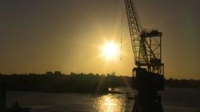 Kraan en zonsondergang in tijd-tijdspanne stock video