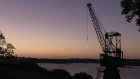 Kraan en zonsondergang in tijd-tijdspanne stock footage