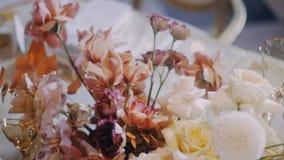 Kraan omhoog van mooie huwelijksbloemen wordt geschoten met ondiepe velddiepte die stock video