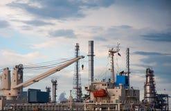 Kraan op Boot bij de fabriek van de Olieraffinaderij in Thailand Royalty-vrije Stock Afbeeldingen