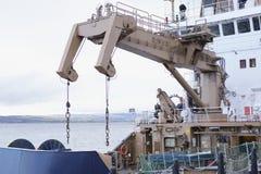 Kraan op grote schip opheffende lading aan vervoer op boot royalty-vrije stock afbeelding